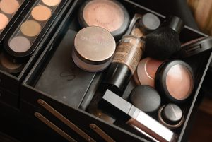 9957509-set-of-professional-make-up-palette